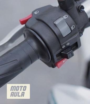 punho esquerdo da moto