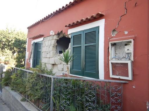 Casamicciola. Lesione sulla parete con espulsione di muratura.