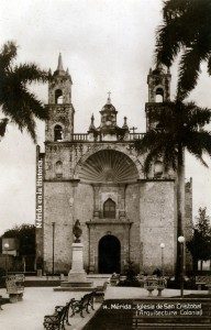 Plaza de San Cristóbal (oficialmente Zaragoza) al frente se observa el monumento a García Rejon.