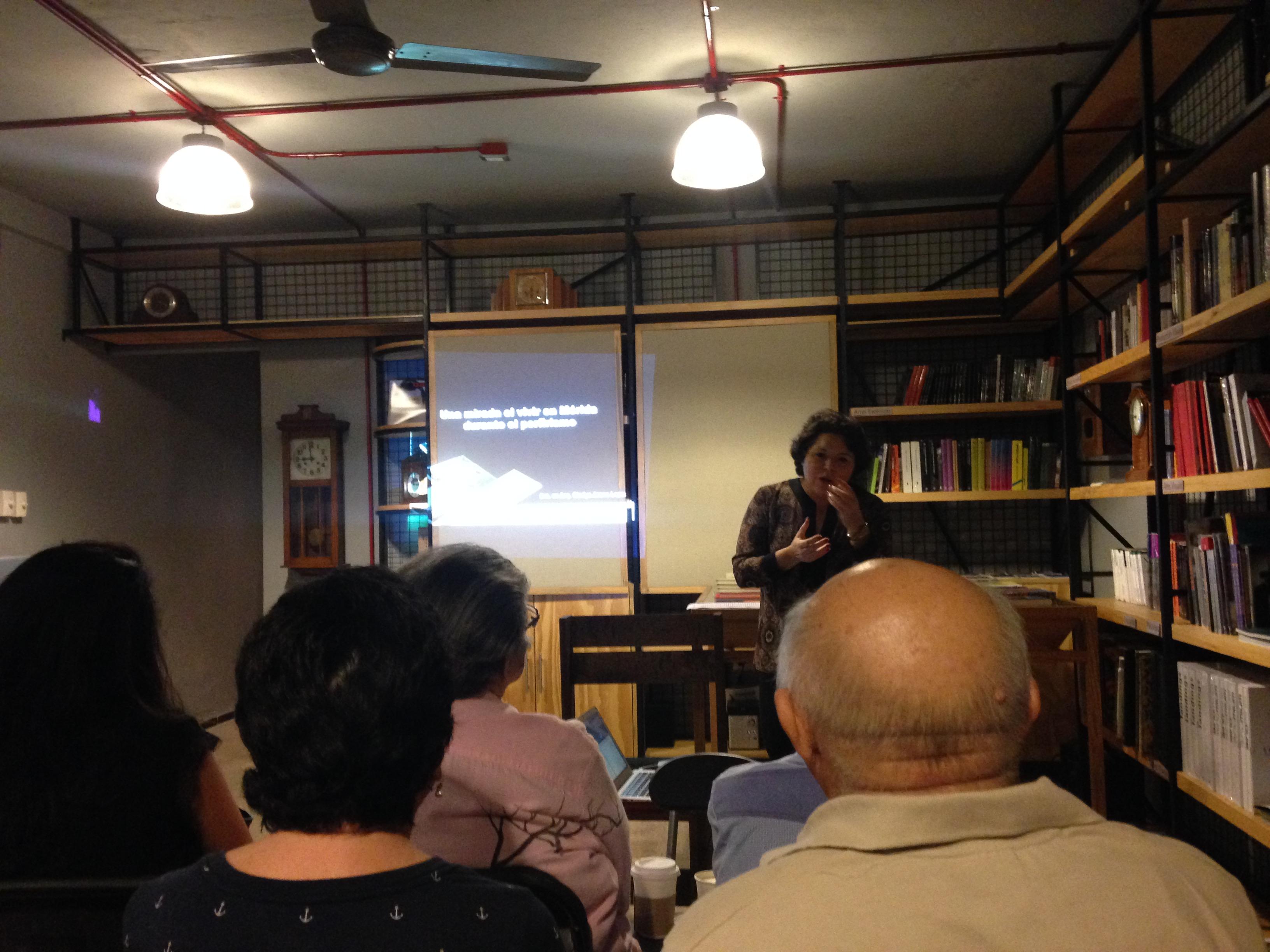 La Dra. Gladys Arana durante la conferencia