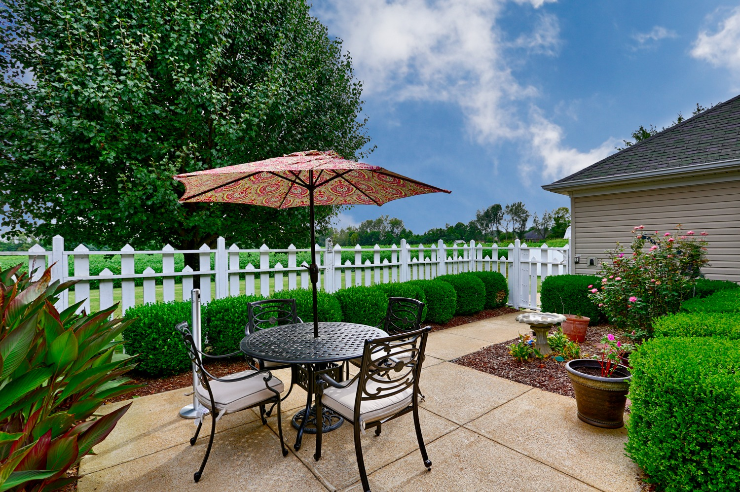 Country Cottage Lawrenceburg - Outdoor area with garden and seating