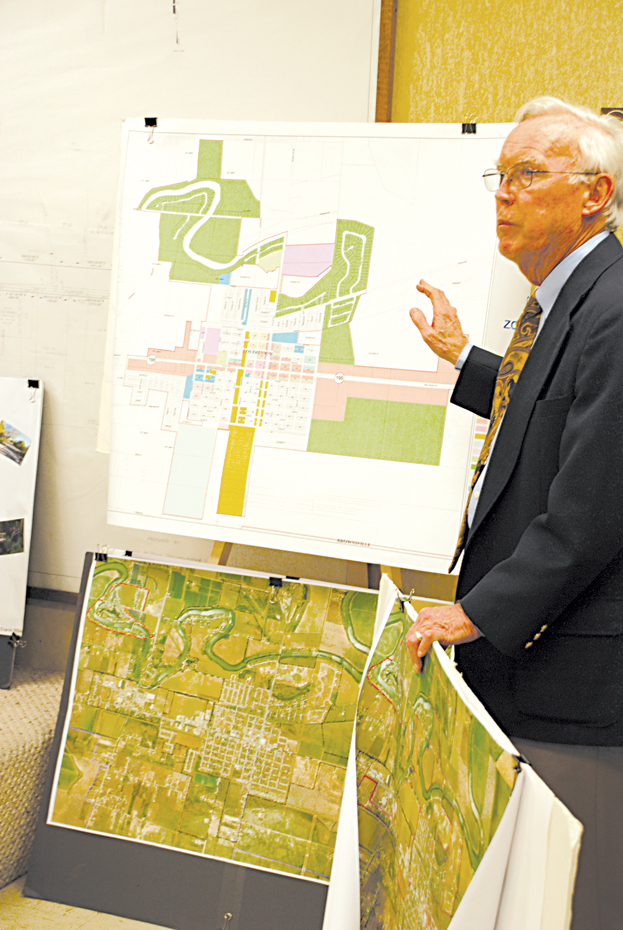 Lance Elliott of TIF Services of South Texas explained the creation of a Tax Increment Reinvestment Zone in the City of Los Fresnos at the city commission meeting. LFN Photo