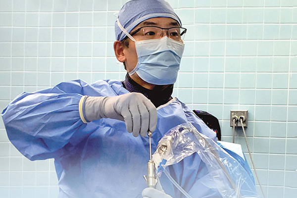 dr. jian shen performing endoscopic spine surgery