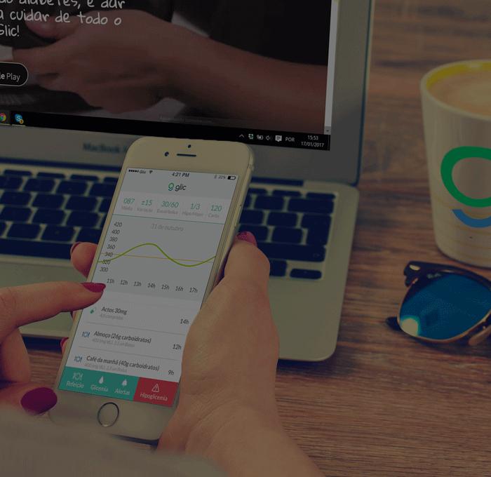 Mãos femininas seguram um celular, a tela mostra o uso do App da Glic