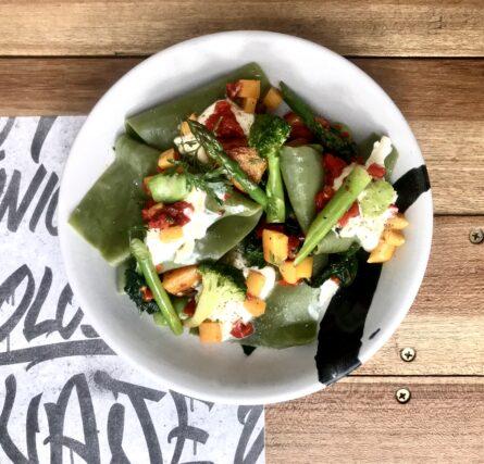 Raviola de verdes, Espárragos, Stracciatella (Vegetariano)