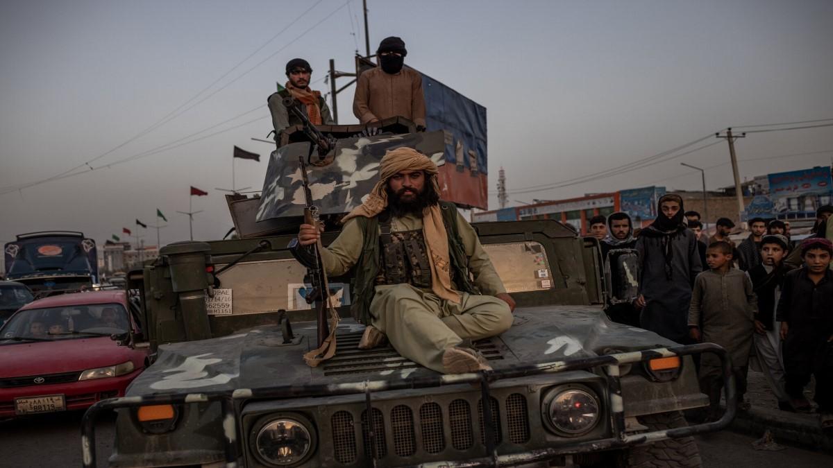 Combatientes talibanes el domingo en Kabul, en un Humvee arrebatado a las fuerzas afganas.Jim Huylebroek para The New York Times