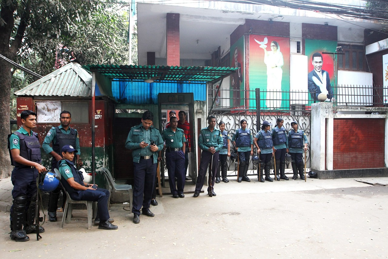 Police stand guard on Sunday in front of former Prime Minister Khaleda Zia's office. EUROPEAN PRESSPHOTO AGENCY
