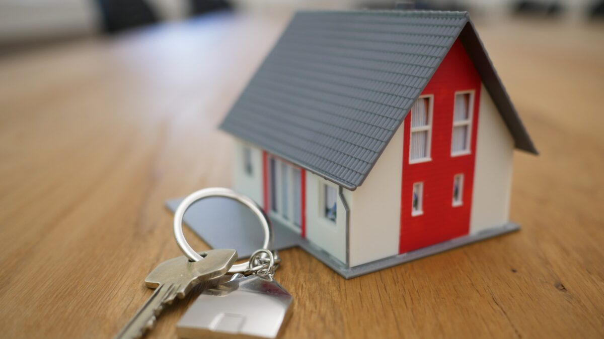 real-estate-lawyer-contracts-agreements-transactions