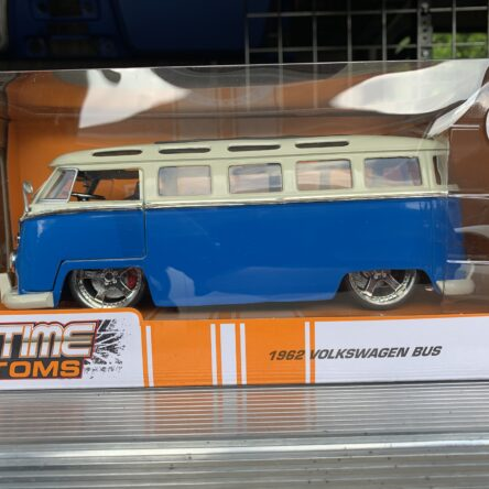 JD 1:24 W/B BTK Volkswagen 1962 Bus Maya Wheels BL