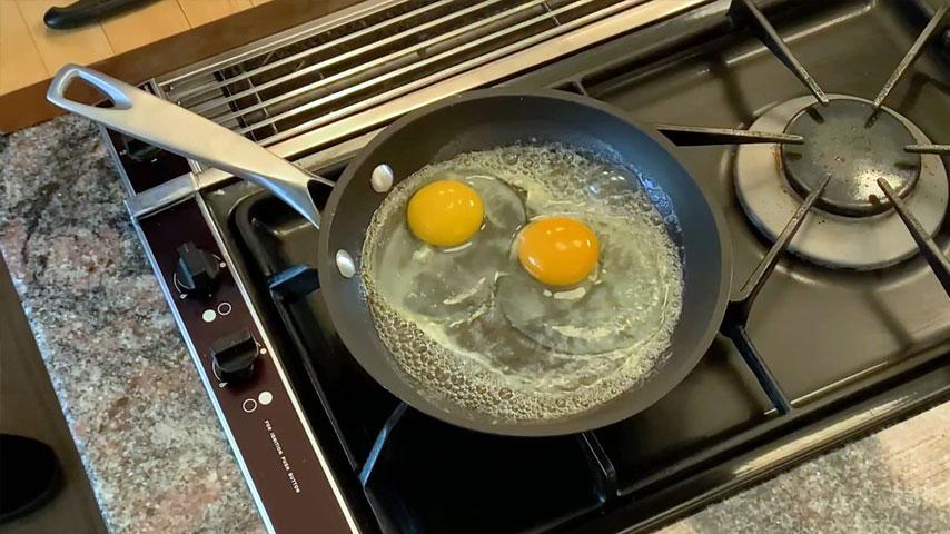 Jacques Pépin makes fried egg