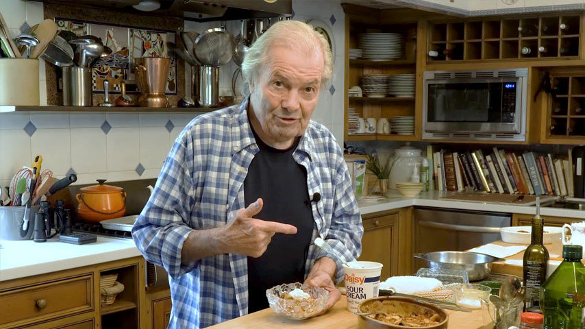 Jacques Pépin makes an apple Brown Betty