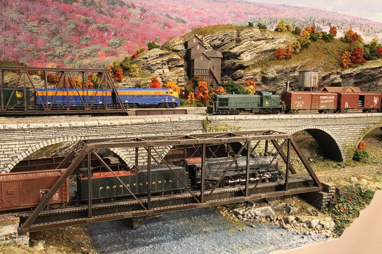 HUDSON DELAWARE AND LEHIGH -- TRAINS ON THE DELAWARE RIVER BRIDGES
