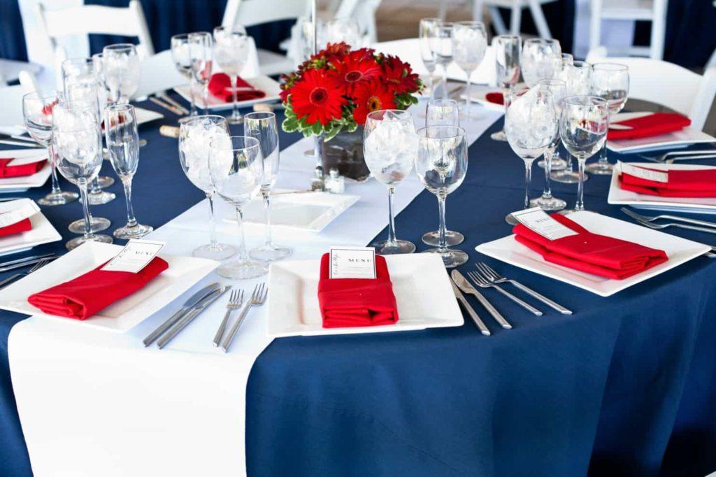 mesas con los colores de la bandera americana