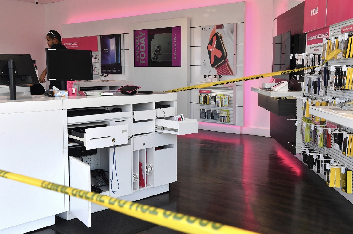 Brooklyn employees tied up and robbed in T-mobile store ❗️