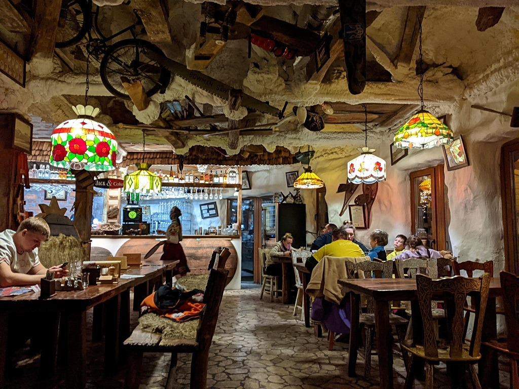 bukovel-restaurant-review-gribova-hata-mushroom-house