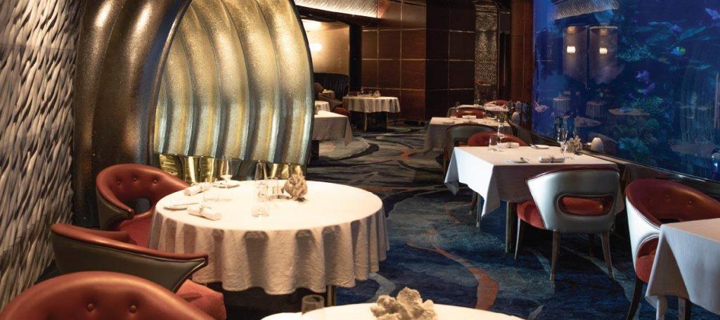 Imagem disponível em: https://www.jumeirah.com/en/hotels-resorts/dubai/burj-al-arab/restaurant-at-burj-al-arab/al-mahara/?triggersevenroom=1&utm_source=google&utm_medium=google%20places&utm_campaign=restaurant&utm_content=reservation-link