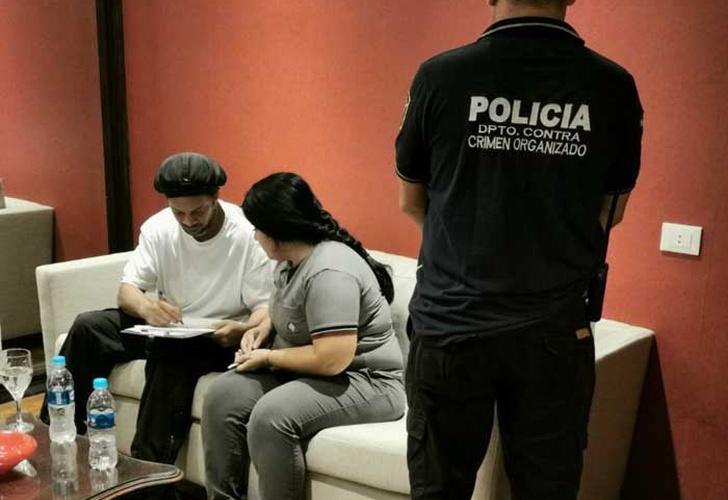 Ronaldinho fue detenido en Paraguay por usar, presuntamente, pasaportes falsos
