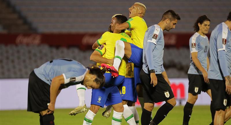 Brasil ganó en Uruguay y se mantiene como líder en las eliminatorias