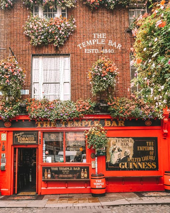 Ireland travel guide | Temple Bar Dublin pub | Girlfriend is Better