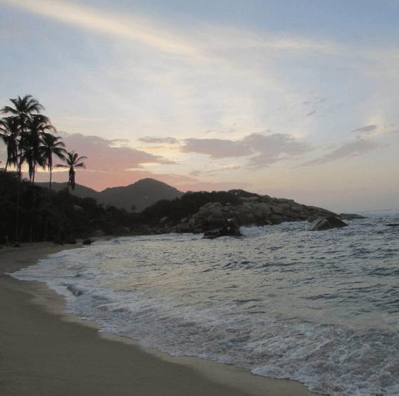 Puesta del sol en una de las playas del Parque Tayrona.
