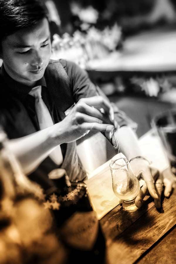 Jumi Tavern bartender at work 4