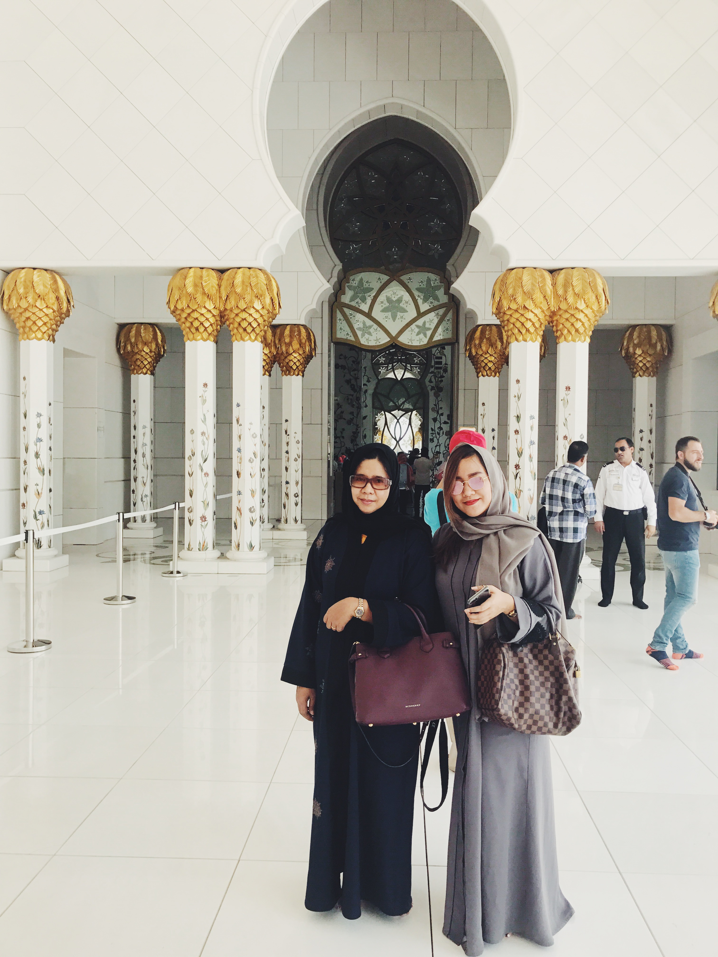 mother and daughter sheikh zayed mosque