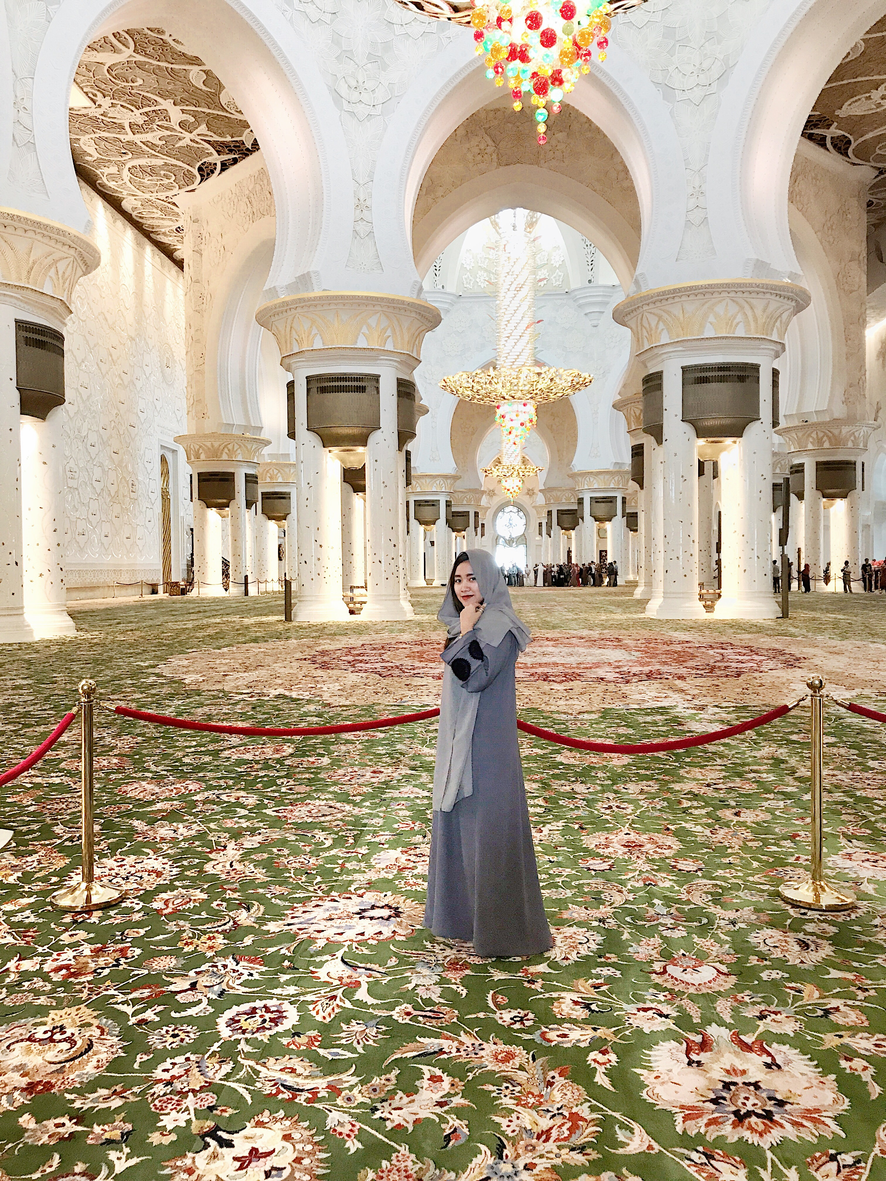 sheikh zayed mosque largest carpet in the world
