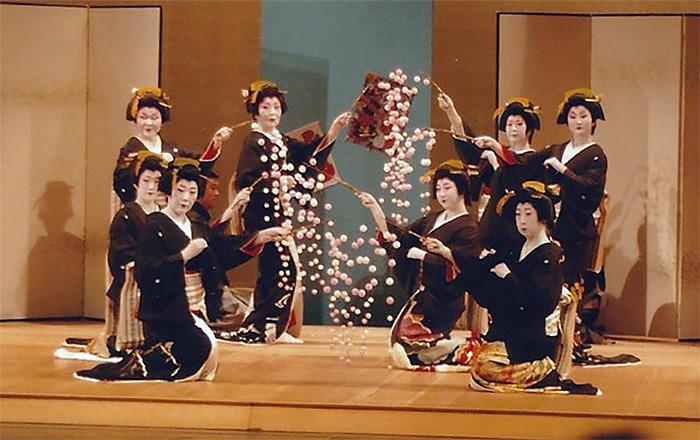 Dance students perform traditional Japanese dance - nihonbuyokai.org
