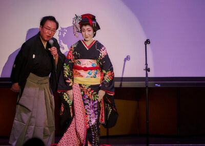 Bando Toshitaro explains the on-stage quick costume change