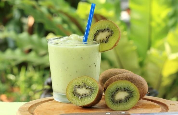 Batido proteíco y vitamina C con espinaca, kiwi y yogurt
