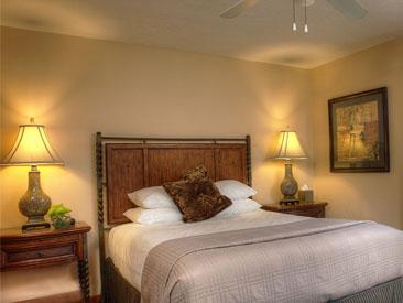 Woodfield Manor Queen suite bed