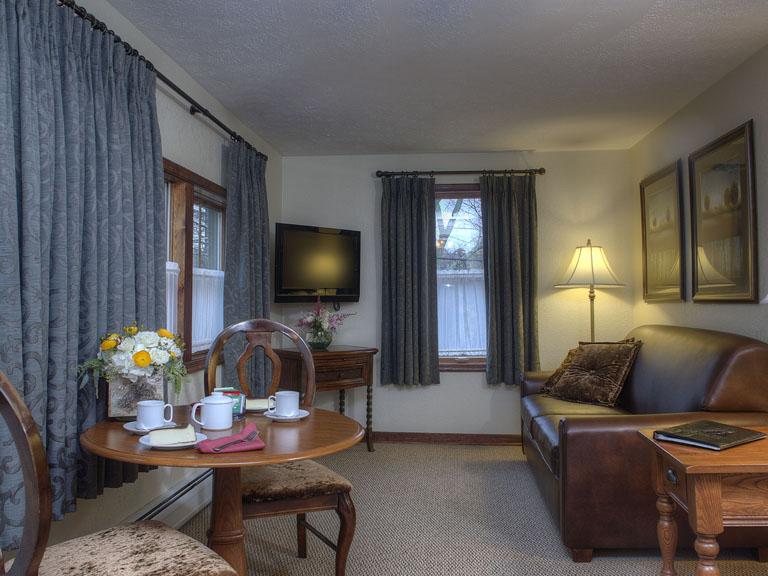 Woodfield Manor king w sofa bed