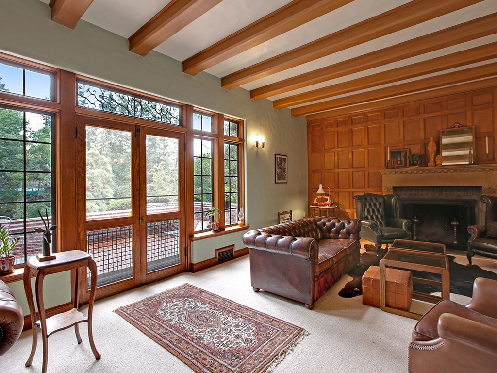 Taylor Made Retreat Addiction recovery livingroom with fireplace in Portland Beaverton area