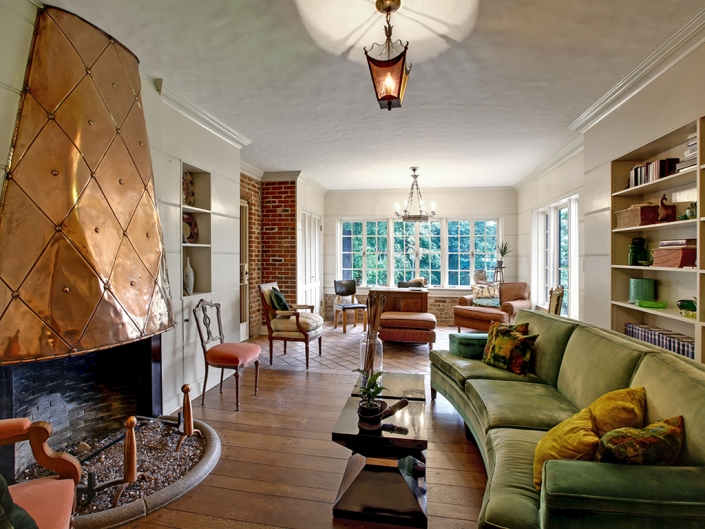 Taylor Made Retreat alcohol recovery program livingroom with fireplace in Portland Beaverton area