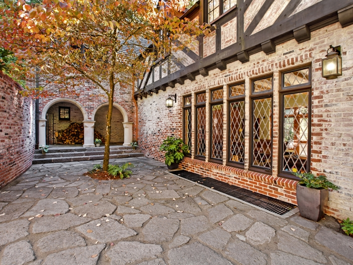Taylor Made Retreat alcohol recovery program outdoor brick patio quiet space