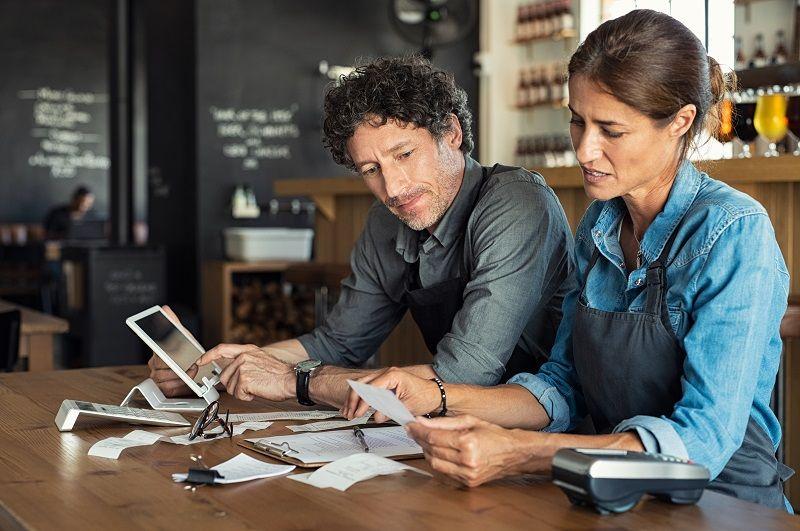 Staff-calculating-restaurant-bill-cm