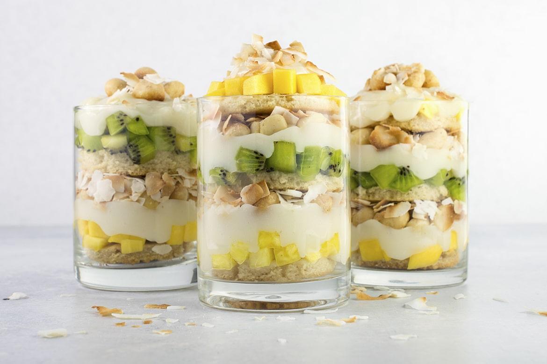 纯素热带水果小点心 一种美味、清淡、健康的甜点,含芒果、猕猴桃、菠萝和椰子。柏林赫塔亞博克ydF4y2Ba