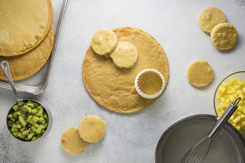 素食热带水果松糕 一个美味清淡健康的甜品芒果,猕猴桃,菠萝和椰子。柏林赫塔亞博
