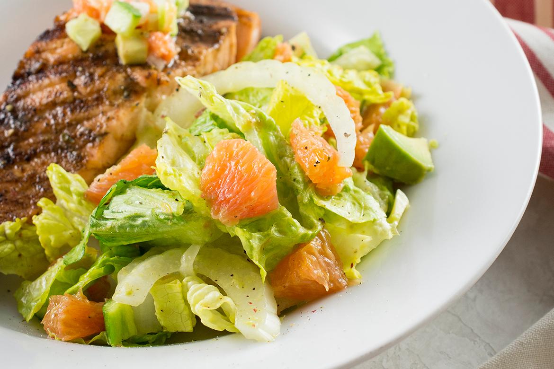牙买加jerk三文鱼与卡拉卡拉橙色沙拉