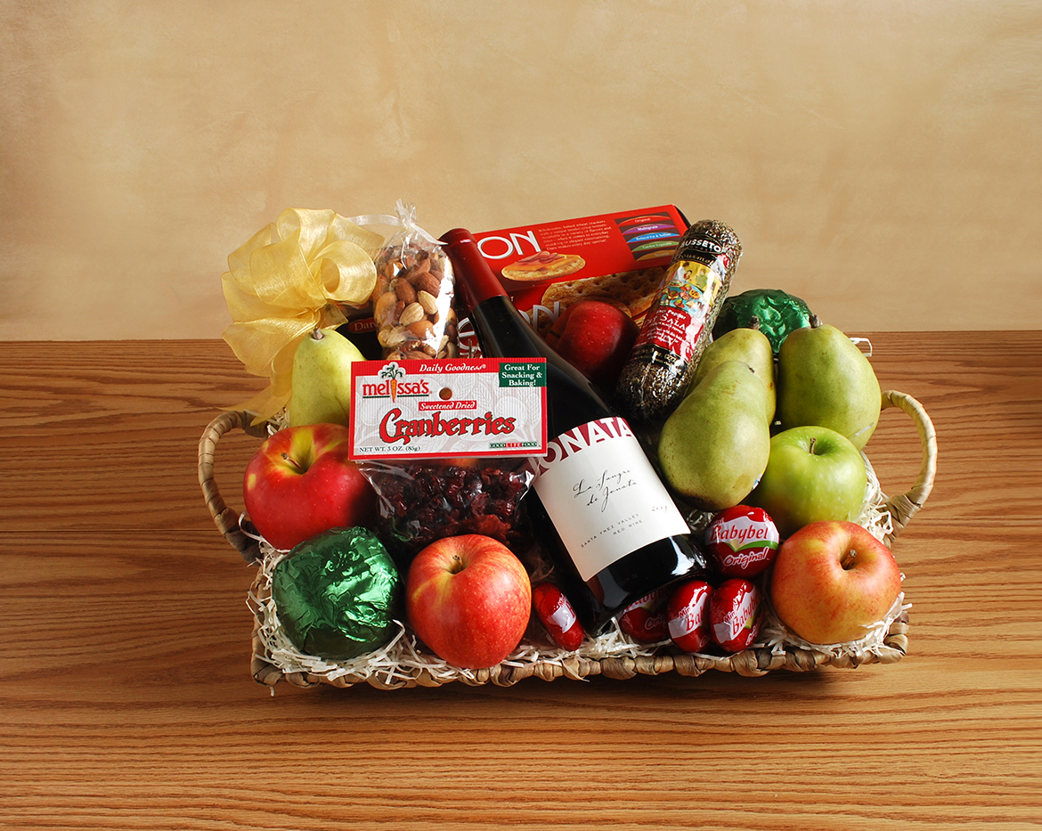 2018 Gift Guide for Food Lovers l featured wine gift basket