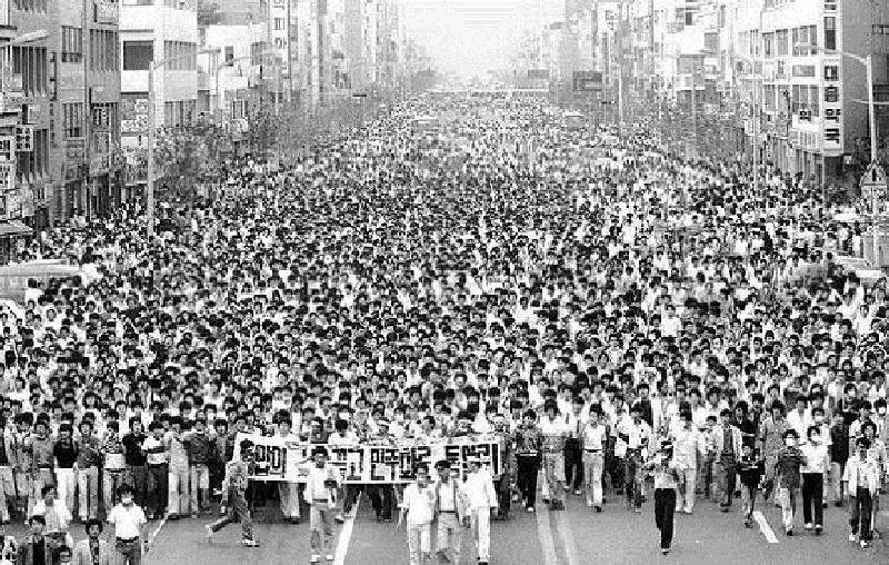 A sea of student protesters on April 19, 1960, which later became known as the April 19 Revolution (Image Source: 하루1분 시사상식 - 4.19 혁명)