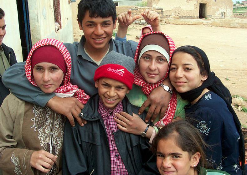 Jóvenes beduinos en Alepo. Foto por James Gordon, Wikipedia Commons
