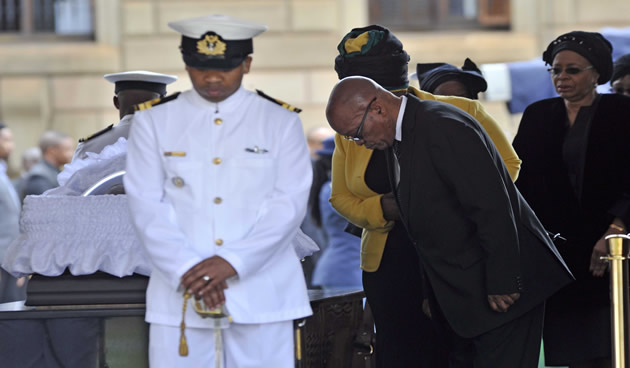 El presidente Jacob Zuma dando sus últimos respetos al ex presidente Nelson Mandela en el Anfiteatro en los Edificios de la Unión. Fuente: GCIS