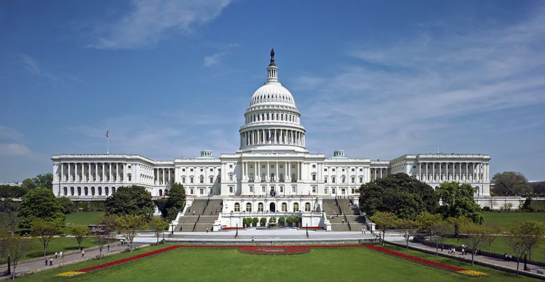 Dirigentes políticos y de asuntos morales debaten el aumento del salario mínimo