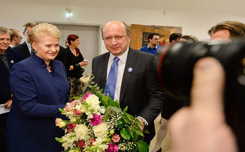 "Logra DaliaGrybauskaite mantenerse al frente del ejecutivo lituano por segunda vez, aunque habrá""Ballottage"""
