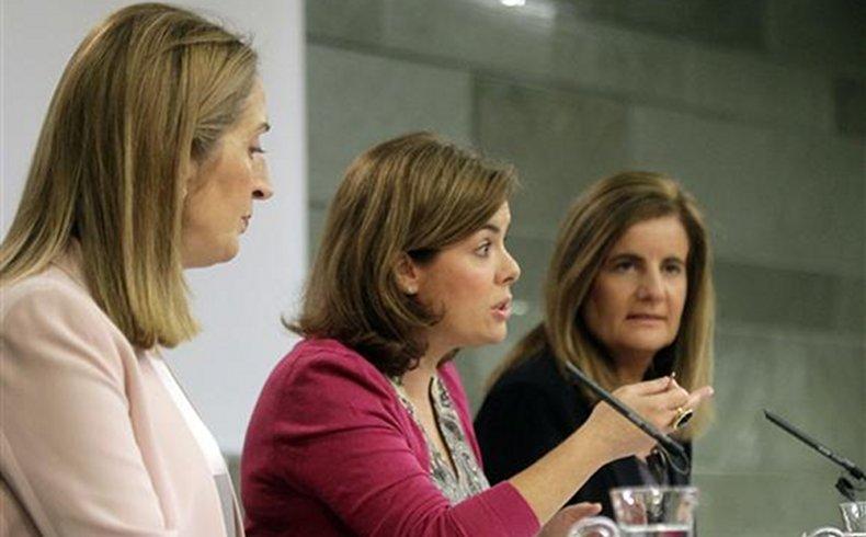 La vicepresidenta del Gobierno, ministra de la Presidencia y portavoz del Gobierno, Soraya Sáenz de Santamaría, la ministra de Empleo y Seguridad Social, Fátima Báñez, y la minstra de Fomento, Ana Pastor, en la conferencia de prensa posterior al Consejo de Ministros.