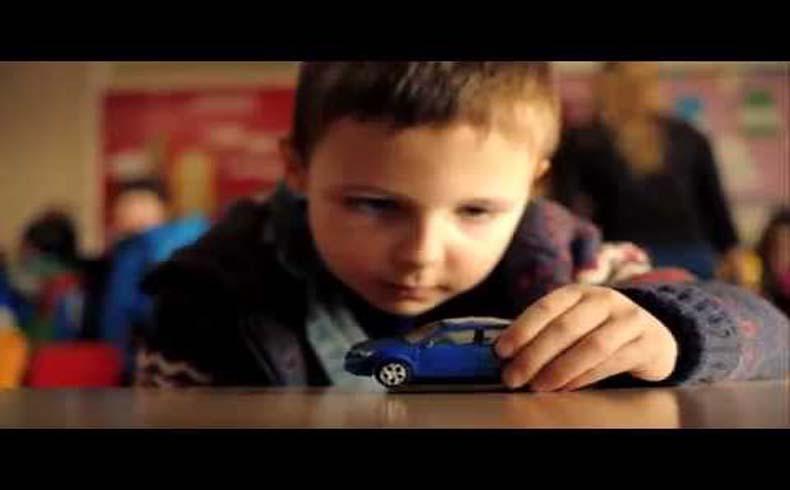 Este brutal anuncio, asesino de niños, nos pide no pisar el acelerador cuando conducimos el coche