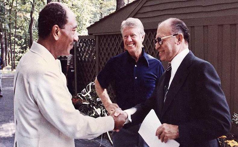 De izquierda a derecha, Anwar el-Sadat, Jimmy Carter y Menachem Begin en Camp David