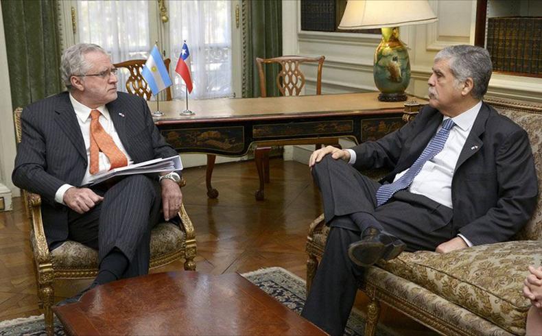 Mirando al pasado, Chile y Argentina firman tímido acuerdo de integración energética