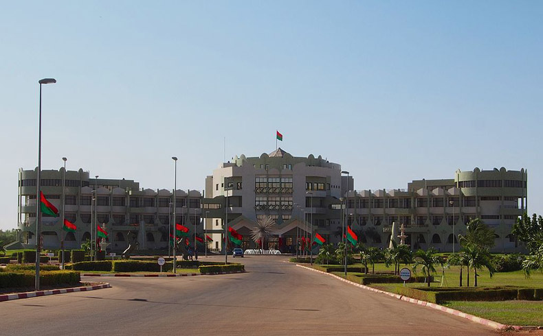 El líder de Burkina Faso promete entregar el poder luego de la transición